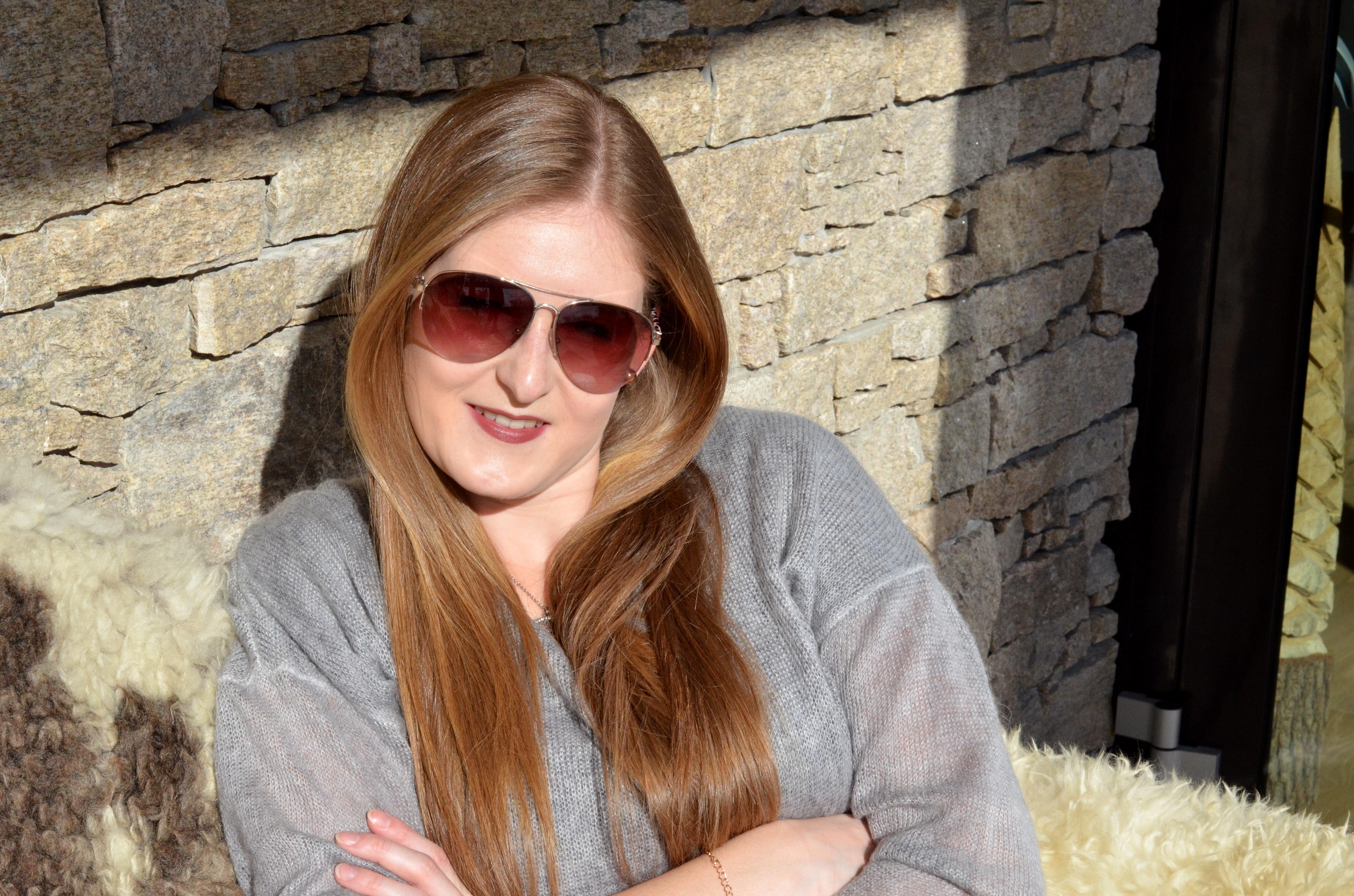graues Strickkleid mit Spitze, Sonnenbrille, rote Lederhandschuhe, Winteroutfit, lässig, schlickt, Cluse, Cluse uhr, Schaffell